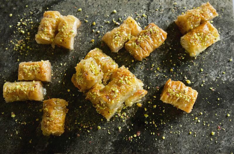 Τραγανό αεράτο σαραγλί - ρολαριστός μπακλαβάς σε μπουκιές