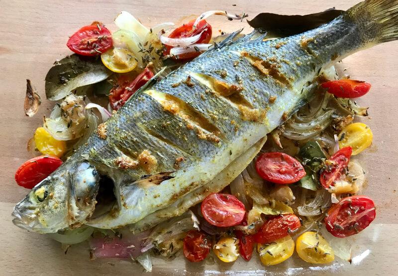 Ψάρι ολόκληρο ψητό με ντομάτα και κρεμμύδι, αρωματικά και σάλτσα ταχίνι