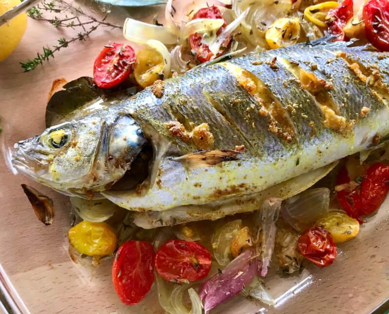 Εύκολο, ολόκληρο ψάρι - λαβράκι, τσιπούρα, φαγκρί - ψητό στο φούρνο με μυρωδικά και σάλτσα ταχίνι
