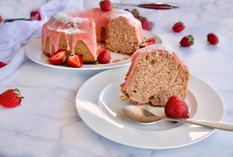 Τέλεια αφράτο και αρωματικό κέικ φράουλα με φραουλένιο γλάσο