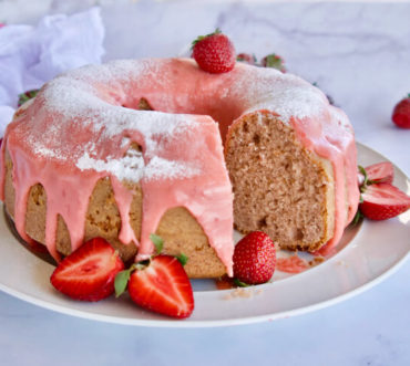 Αφράτο κέικ φράουλα με φραουλένιο γλάσο