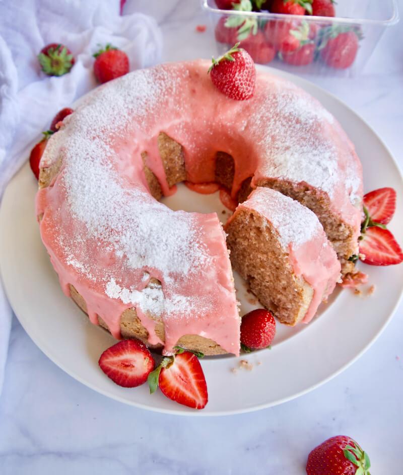 Αφράτο, αρωματικό κέικ φράουλα με φραουλένιο γλάσο