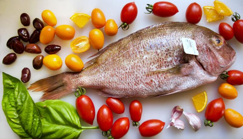 Φαγκρί Fish from Greece με ελιές, ντοματίνια, κουμκουάτ, σκόρδα και βασιλικό