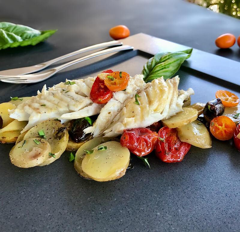Φαγκρί ψητό στο φούρνο με πατάτες, ελιές, κουμκουάτ, ντοματίνια και βασιλικό