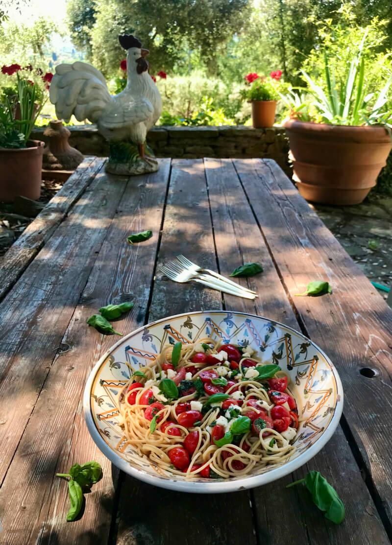 Σπαγγέτι ολικής με ντοματίνια, μοτσαρέλα, βασιλικό - Μακαρόνια αλά Καπρέζε