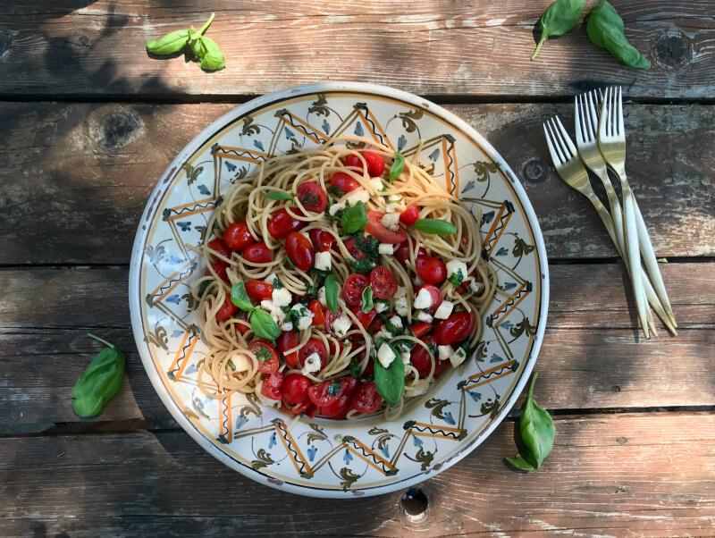 Σπαγγέτι ολικής με ντοματίνια, μοτσαρέλα, βασιλικό, ρίγανη - Μακαρόνια αλά Καπρέζε