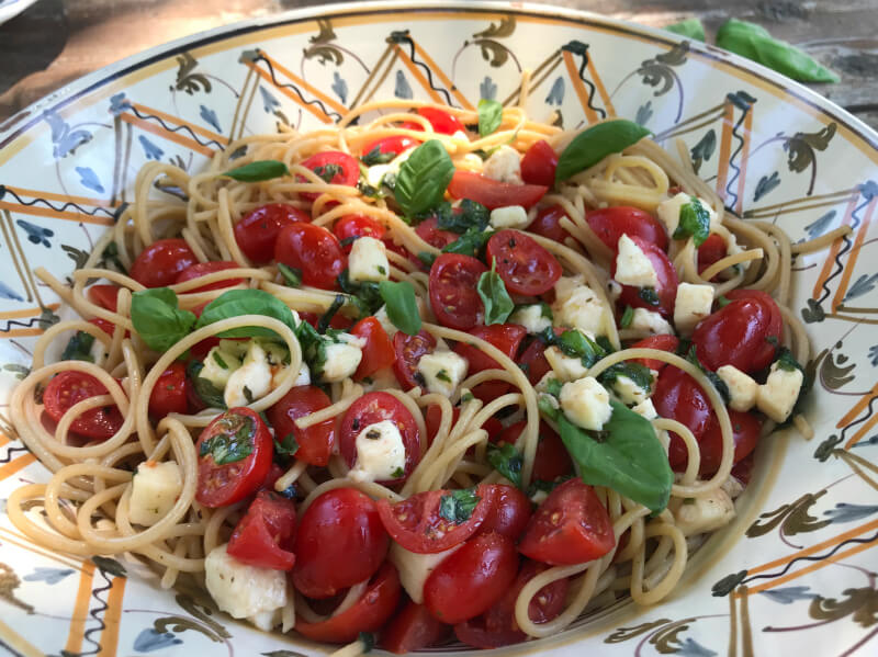 Σπαγγέτι ολικής με ντοματίνια, μοτσαρέλα, βασιλικό - ιταλική μακαρονάδα καπρέζε