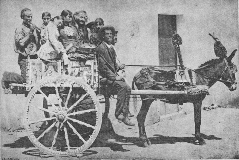 Καροτσέρης μεταφέροντας ανθρώπους το 1890 στη Σικελία - φωτό wiki