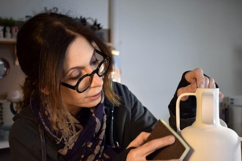 Η Λεώνη Γιαγδζόγλου στο εργαστήριό της