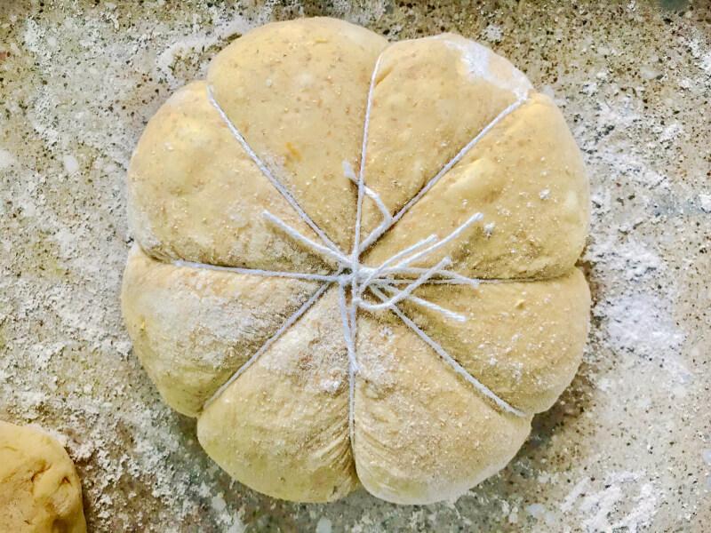 Ψωμί με κολοκύθα δεμένο με σπάγκο για να πάρει σχήμα κολοκύθας