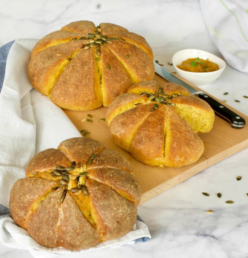Αρωματικό ψωμί με κολοκύθα σε σχήμα κολοκύθας