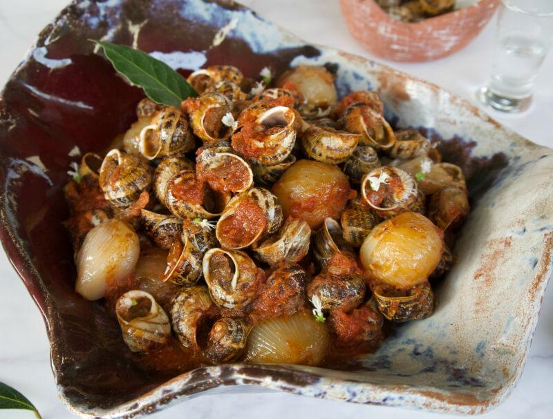 Χοχλιοί στιφάδο σε κρητική παραδοσιακή συνταγή