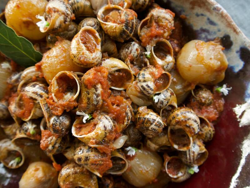 Χοχλιοί στιφάδο σε παραδοσιακή συνταγή της Κρήτης