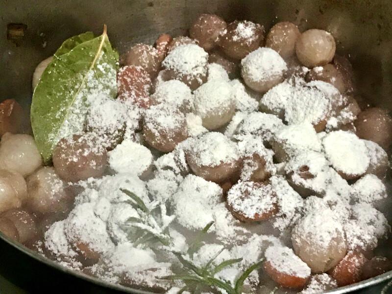 μανιτάρια, κρεμμύδια, κάστανα, αρωματικά και αλεύρι στο μαγείρεμα