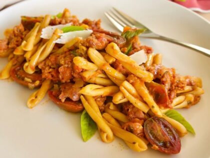 Casarecce από ρεβίθια, σάλτσα ντομάτας & λουκάνικα