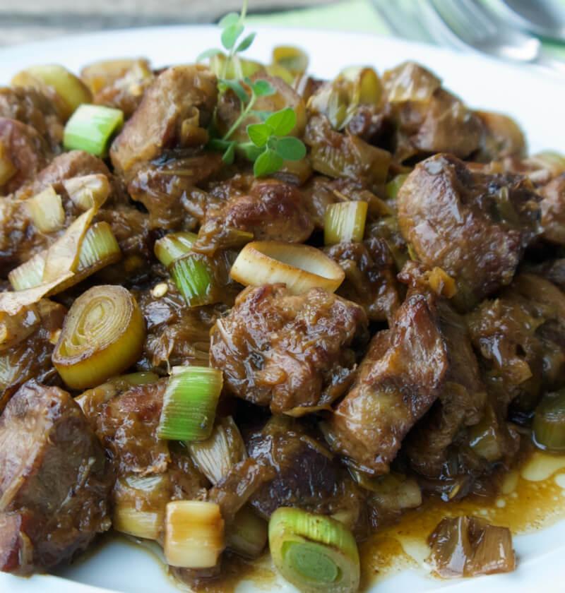 Χοιρινή τηγανιά με πράσο και ρίγανη ή πρασοτηγανιά σε Θεσσαλία, Μακεδονία και Θράκη