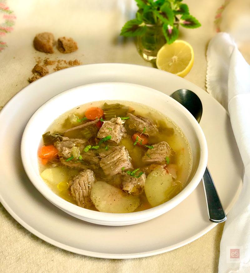 Βραστό μοσχάρι σούπα με λαχανικά και κόκαλα