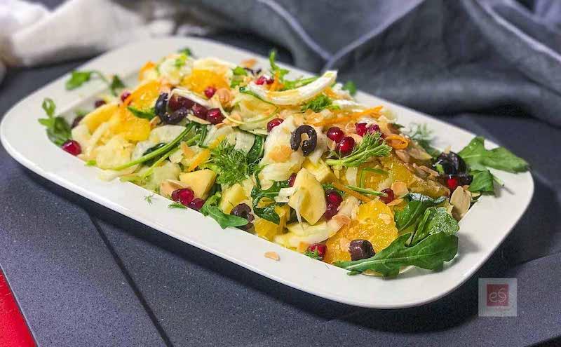 Σαλάτα με ρόκα, πορτοκάλι, φινόκιο, μήλο και ελιές
