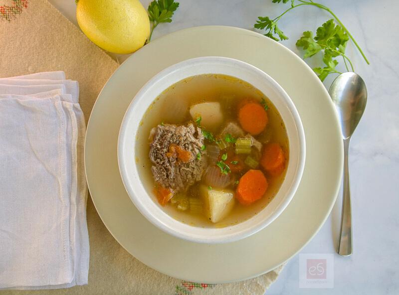 Βραστό μοσχάρι: χειμωνιάτικη κρεατόσουπα με λαχανικά και κόκαλα