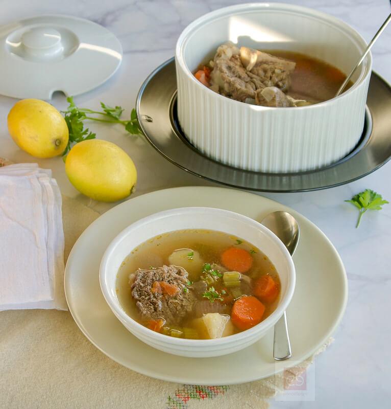 Βραστό μοσχάρι: σούπα με λαχανικά και κόκαλα
