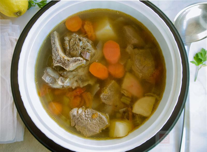 Βραστό μοσχάρι σούπα με κόκαλα